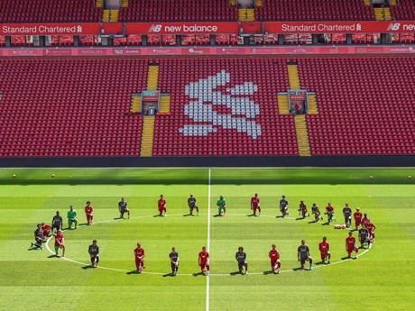 Cầu thủ Liverpool quỳ gối ủng hộ đòi công lý cho George Floyd | Đời sống | Vietnam+ (VietnamPlus)