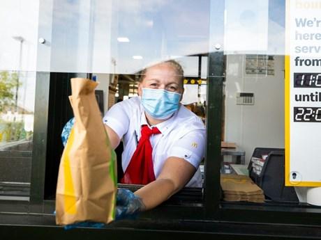 McDonald's ngừng việc mở lại dịch vụ ăn uống tại nhà hàng