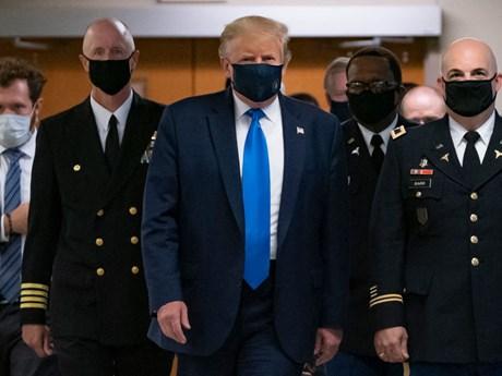 Ông Trump lần đầu tiên đeo khẩu trang khi xuất hiện trước công chúng | Sức khỏe | Vietnam+ (VietnamPlus)