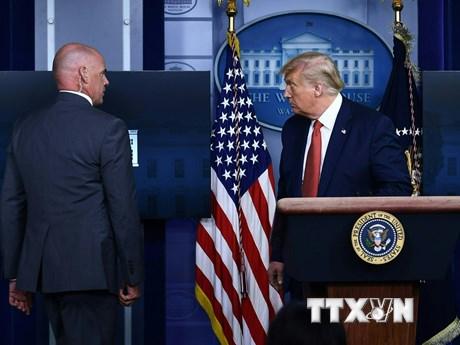 Ông Trump được hộ tống rời phòng họp báo sau vụ nổ ngoài Nhà Trắng