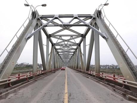 Hà Nội sẽ thí điểm cấm xe hợp đồng trên 16 chỗ trên cầu Chương Dương