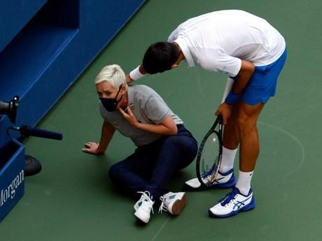 Novak Djokovic bị loại khỏi US Open vì đánh bóng vào cổ trọng tài