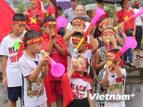Những cổ động viên nhí hân hoan chờ đón tuyển thủ Olympic Việt Nam