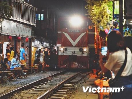 Giải tán tụ điểm phố cafe đường tàu 'thách thức tử thần' ở Hà Nội   Giao thông   Vietnam+ (VietnamPlus)