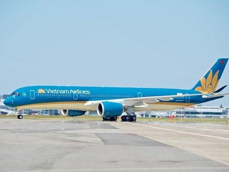 Phun khử trùng máy bay từ Hàn Quốc về Việt Nam để tránh lây COVID-19
