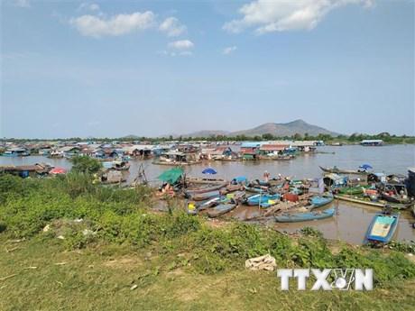 Hỗ trợ kiều bào nghèo tại Biển Hồ ở Campuchia đón Tết nguyên đán