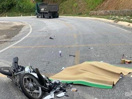 Va chạm với xe ôtô đầu kéo, một phụ nữ nước ngoài tử vong