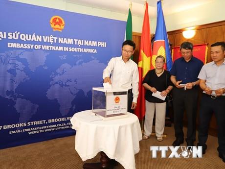 Đại sứ quán Việt Nam tại Anh quyên góp ủng hộ đồng bào miền Trung