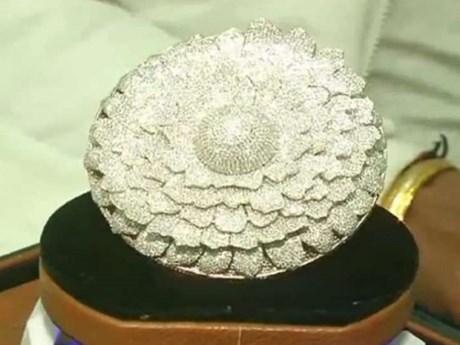 Chiếc nhẫn ''khủng'' đính 12.638 viên kim cương lập Kỷ lục thế giới