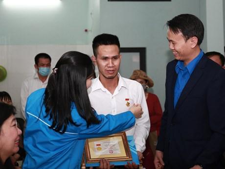 Thủ tướng tặng Bằng khen cho người cứu cháu bé bị rơi từ tầng 13