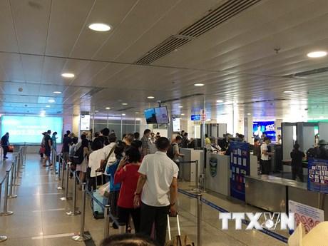 Dịch COVID-19: Việt Nam tạm dừng, hạn chế người nhập cảnh vào nội địa