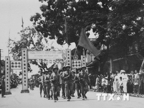 [Photo] Đón mừng đoàn quân chiến thắng trong ngày Giải phóng Thủ đô
