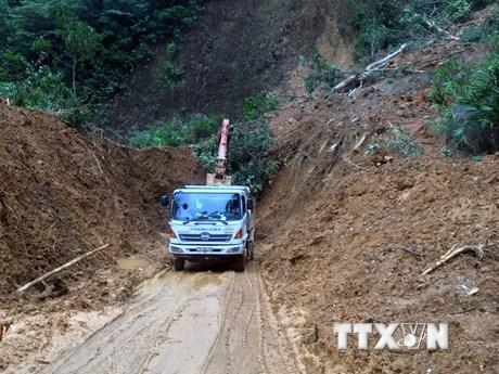 Quốc lộ 9C thông tuyến sau hơn 1 tuần ách tắc do mưa lũ | Giao thông | Vietnam+ (VietnamPlus)