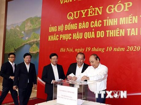 Lãnh đạo Chính phủ quyên góp ủng hộ đồng bào vùng mưa lũ ở miền Trung