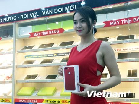 Cận cảnh iPhone đỏ chính hãng trong ngày đầu mở bán ở Việt Nam