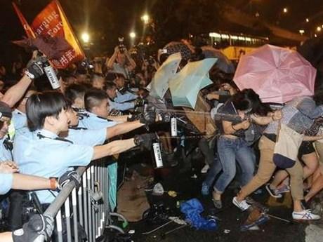 Reuters: 20 người biểu tình trúng hơi cay của cảnh sát Hong Kong