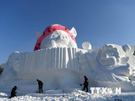 Ngộ nghĩnh tác phẩm điêu khắc những chú lợn tuyết hạnh phúc