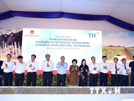 Hình ảnh Thủ tướng dự Lễ khởi công dự án chăn nuôi bò và chế biến sữa | Chính trị | Vietnam+ (VietnamPlus)