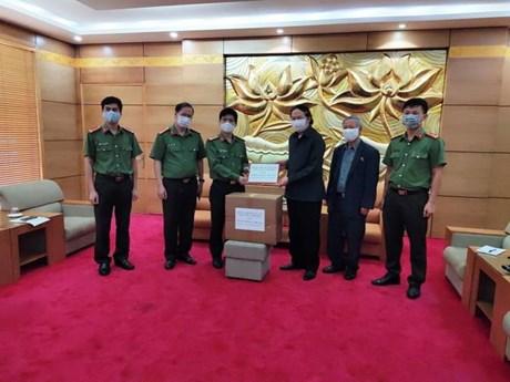 Trao 100 triệu đồng và khẩu trang y tế tặng Hội hữu nghị Lào-Việt