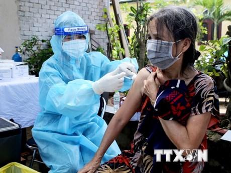 TP.HCM: Người dân trong khu phong tỏa vui mừng khi được tiêm vaccine