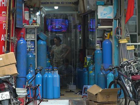 Người dân lùng mua các thiết bị y tế để đối phó với dịch bệnh COVID-19