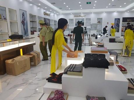 Thu giữ lượng lớn hàng nghi giả thương hiệu nổi tiếng tại Móng Cái   Kinh doanh   Vietnam+ (VietnamPlus)