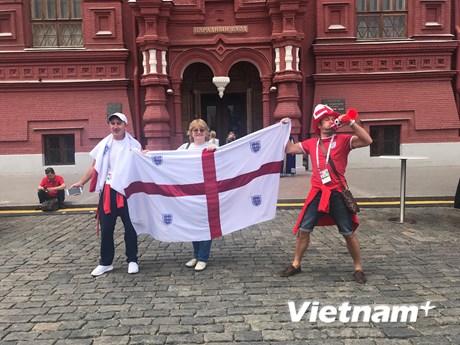 Hình ảnh cổ động viên Anh và Croatia hâm nóng đại chiến