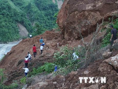 """[Photo] Nhói lòng cảnh học sinh tiểu học phải """"cắt núi"""" đến trường"""