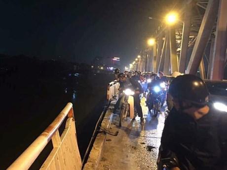 Hình ảnh từ hiện trường vụ tai nạn xe ôtô rơi xuống sông Hồng