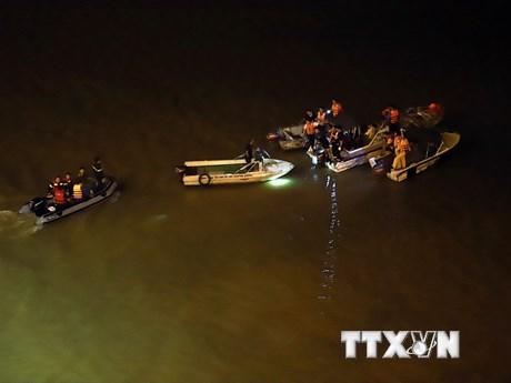 Tìm kiếm chiếc ôtô húc bay lan cầu Chương Dương, lao xuống sông Hồng