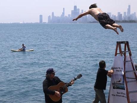 Nhảy xuống hồ liên tục suốt 1 năm để xả stress vì COVID-19