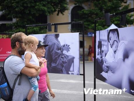 """""""Chào con đến với bố mẹ"""": Tái hiện những khoảnh khắc vô giá cuộc đời"""
