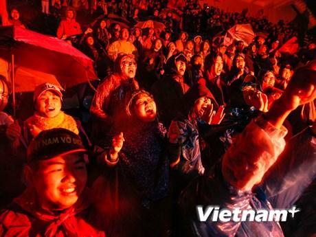 Muôn kiểu cảm xúc cổ động viên Việt trong trận chung kết với Malaysia