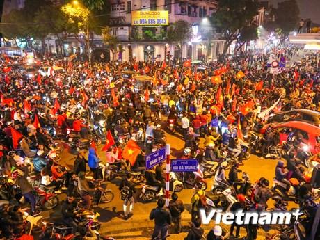 Biển người đổ về trung tâm ăn mừng tuyển Việt Nam vào tứ kết Asian Cup