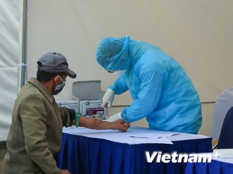 Hà Nội: Test nhanh COVID-19 hàng trăm người bán hoa liên quan BN243 | Y tế | Vietnam+ (VietnamPlus)