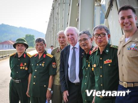 Cuộc gặp gỡ đầy xúc động của cựu binh Việt - Mỹ trên cầu Hàm Rồng | Xã hội | Vietnam+ (VietnamPlus)