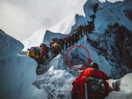 Bức ảnh gây sốc vì mô tả sự khốc liệt trên nóc nhà thế giới Everest | Đời sống | Vietnam+ (VietnamPlus)