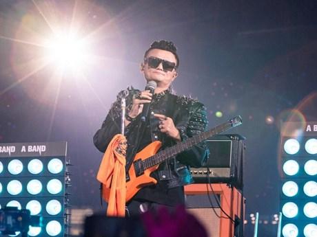 Tỷ phú Jack Ma hóa thân thành sao nhạc rock trong lễ chia tay Alibaba