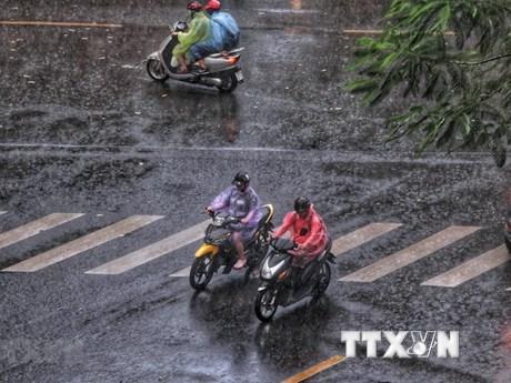 Bắc Bộ và Trung Bộ có mưa dông, trời bắt đầu chuyển rét