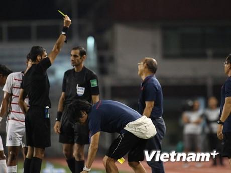 HLV Park Hang-seo nhận thẻ vàng khi bênh cầu thủ bị đối thủ chơi xấu | Bóng đá | Vietnam+ (VietnamPlus)