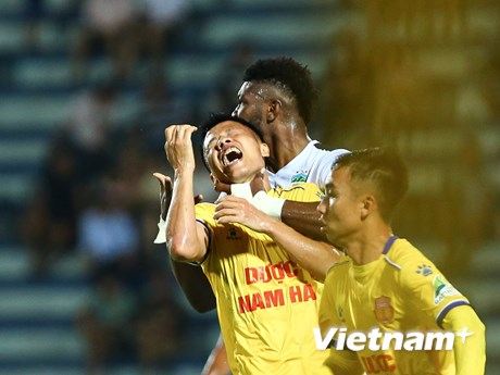 Ngoại binh Hoàng Anh Gia Lai phạm lỗi thô bạo với cầu thủ Nam Định