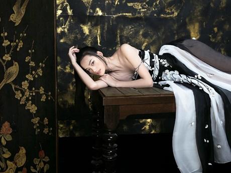 [Photo] Những cánh hoa Xuân mong manh trên lụa organza của Trần Hùng