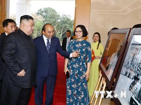 Chủ tịch Triều Tiên Kim Jong-un tham quan trưng bày ảnh của TTXVN   Chính trị   Vietnam+ (VietnamPlus)