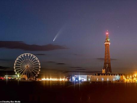 Những bức ảnh tuyệt đẹp chụp sao chổi Neowise trên bầu trời nước Anh | Môi trường | Vietnam+ (VietnamPlus)