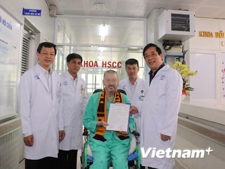 Nhìn lại quá trình hồi sinh thần kỳ của bệnh nhân phi công người Anh | Y tế | Vietnam+ (VietnamPlus)