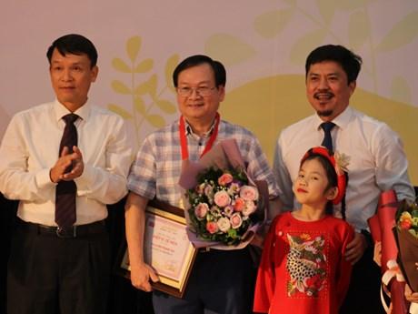 Nguyễn Nhật Ánh là ''Hiệp sĩ Dế Mèn,'' đóng góp 30 triệu cho Giải thưởng