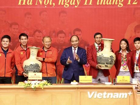 Thủ tướng trao quà cho đội tuyển U22 và nữ Việt Nam | Bóng đá | Vietnam+ (VietnamPlus)
