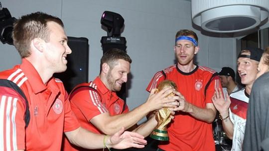 Các cầu thủ Đức đã làm hỏng cúp vàng World Cup ở lễ ăn mừng