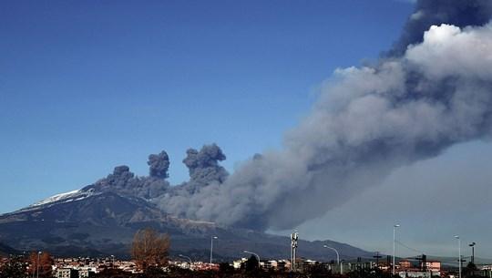 Italy: Núi lửa Etna ''thức giấc,'' phun tro bụi khắp đảo Sicily