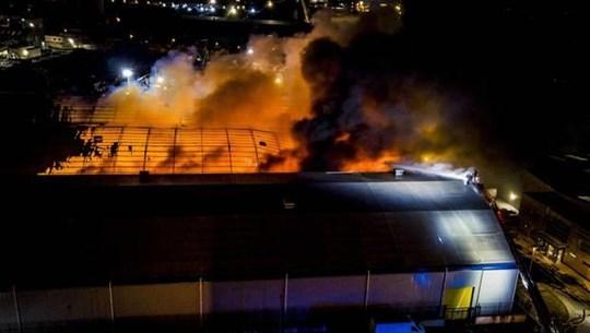 [Video] Lửa cháy dữ dội tại nhà máy thực phẩm ở Bắc Ireland